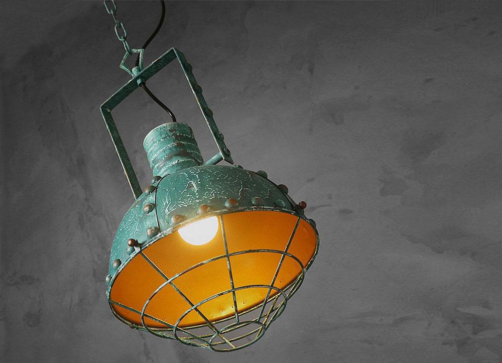 Luminaire vintage avec peinture effet veillie, une suspension